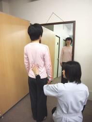 鏡を見ながらの姿勢